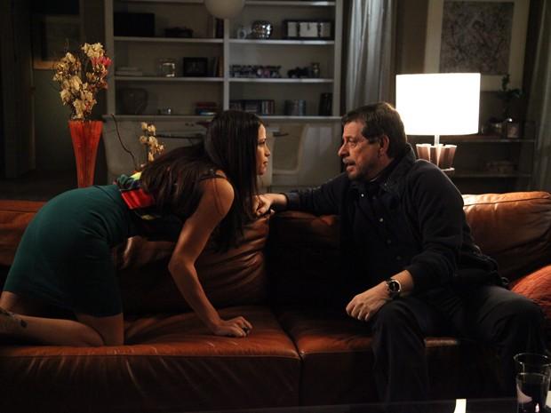 Provocativa, Tuane seduz Reginaldo, mas dá fora no malandro (Foto: Carol Caminha/Gshow)