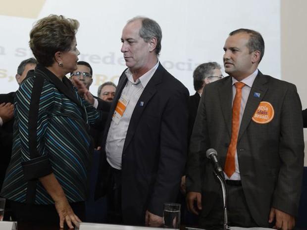 A presidente Dilma Rousseff é cumprimentada por Ciro Gomes e Eurípedes Júnior na convenção do PROS que aprovou apoio à sua candidatura à reeleição (Foto: Valter Campanato/Agência Brasil)