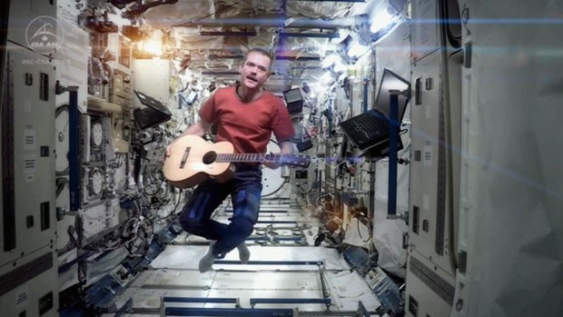 O comandante Chris Hadfield está na estação desde dezembro de 2012 e se prepara para voltar à Terra. (Foto: Cortesia de Chris Hadfield/Nasa/CSA/BBC)