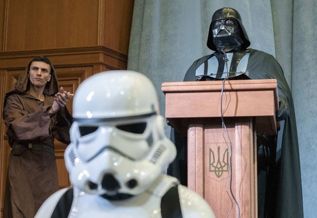 'Darth Vader' (no alto da imagem) é candidato à presidência da Ucrânia (Foto: Alex Kuzmin/Reuters)