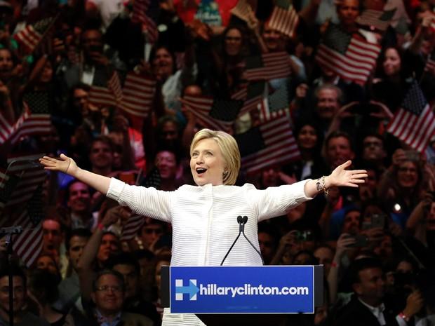 Hillary comemora vitória nas prévias democratas, que a colocam como virtual presidenciável pelo seu partido (Foto: Julio Cortez/AP)