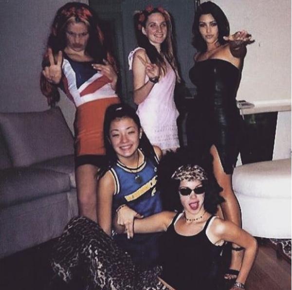 Kim Kardashian relembra foto com amigas vestidas de Spice Girl