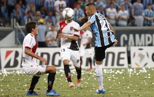 Luan domina a bola contra o Newell's Old Boys (Foto: Wesley Santos/Agência PressDigital)