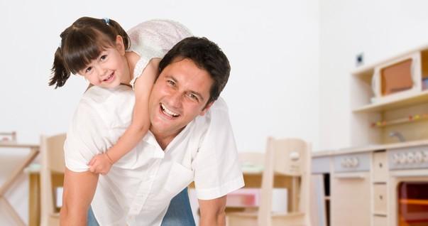 Pai e filha brincando dentro de casa (Foto: Shutterstock)