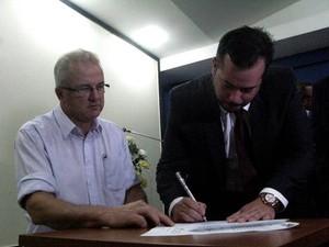 André Pontes assina o documento de posse. (Foto: Divulgação/Sepaq)