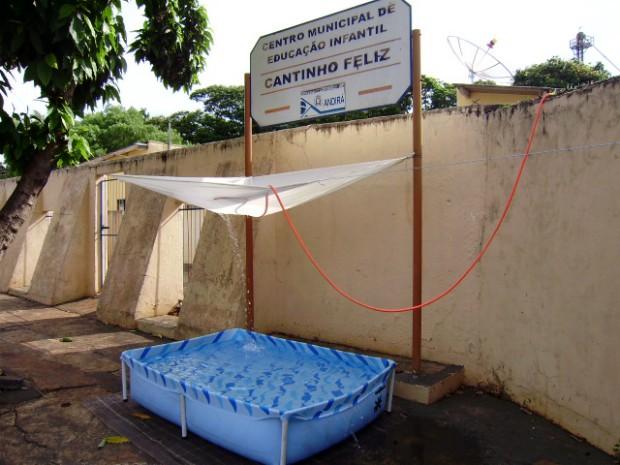 """Homem improvisou uma """"cascata""""  na psicina com um lençol e a mangueira (Foto: Divulgação/Polícia Militar)"""