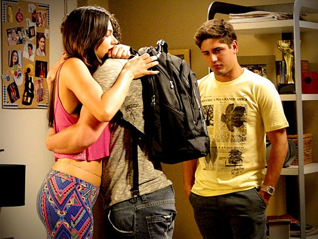 Suelen e Roni não seguram a emoção ao se despedirem de Leandro (Foto: Avenida Brasil/TV Globo)