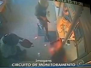 Imagens do circuito de monitoramento mostram ação dos assaltantes (Foto: Reprodução/ TV TEM)