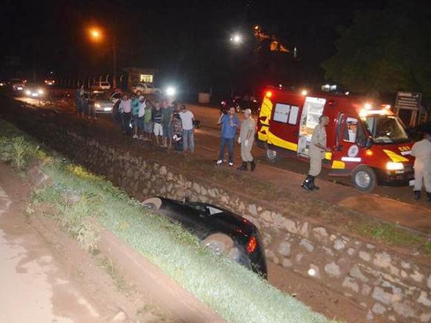 Carro caiu em vala na cidade de Sorriso (MT). (Foto: MT Notícias)