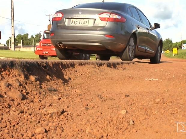 Trecho afetado da rodovia passa pela a zona urbana de Bacabal. (Foto: Reprodução/TV Mirante)
