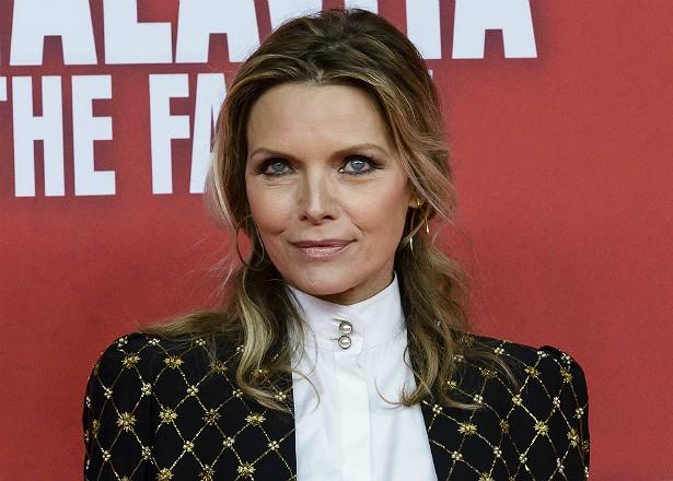 Michelle Pfeiffer teve um filho do marido, o produtor David E. Kelley. Mas antes de se casarem, em 1993, ela já havia adotado uma garota. (Foto: Getty Images)