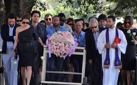 Atores gravam cenas do enterro de Jôse no Cemitério do Caju