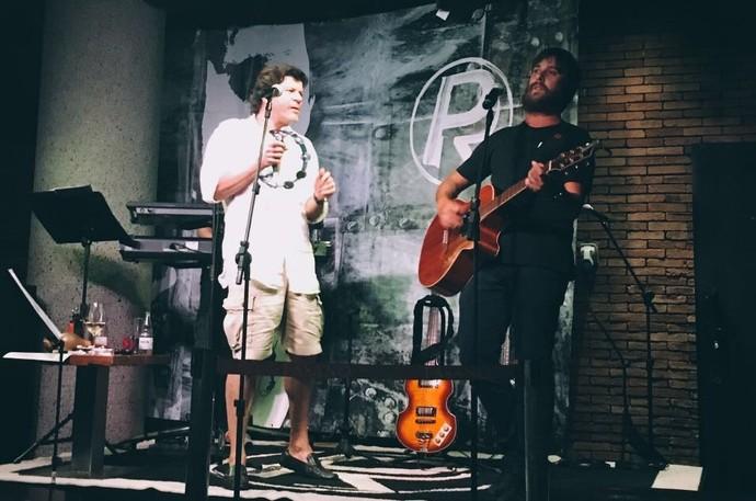Vocalista da banda Valente, do 'Superstar', divide palco com Paulo Ricardo em show no Rio (Foto: Raynê Forian / Arquivo Pessoal)