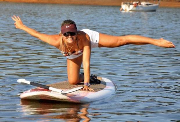 A mineira Bianca se destacou nas competições de stand up paddle por praticar SUP Yoga (Foto: Divulgação)