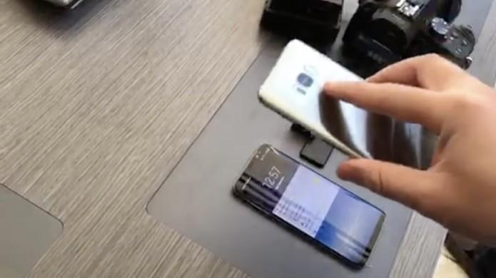 No vídeo, um celular com a foto do usuário é usado para desbloquear o Galaxy S8 (Foto: Reprodução/Marcianophone)