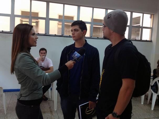 A apresentadora Lizandra Trindade entrevista os alunos Matheus Volpe e Douglas Barcellos na UFOP (Foto: Divulgação)