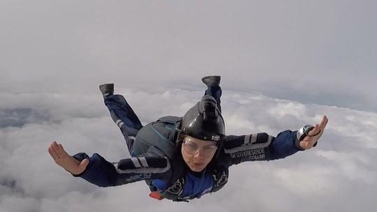 Coleguinha do 'Caldeirão' se forma em paraquedismo e mostra faceta aventureira