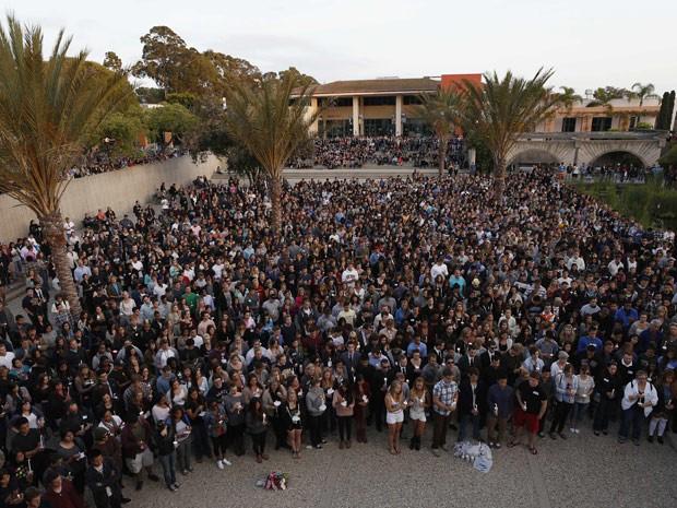 Estudantes participam de vigília neste sábado (24)  (Foto: Reuters/Jonathan Alcorn)