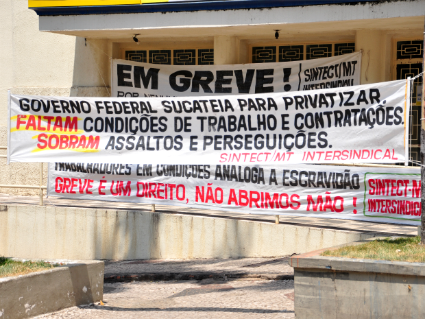 Faixa coloca na frente de agência anuncia greve (Foto: Nathalia Lorentz/ G1)