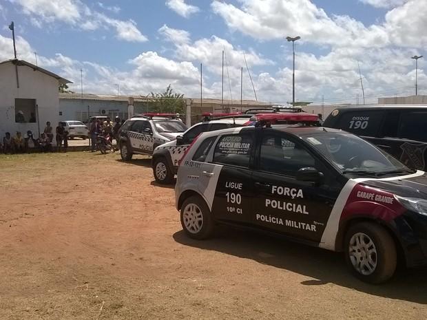 Viaturas da polícia em frente ao presídio de Pedreiras (Foto: Divulgação/ Arimatéia Rodrigues)