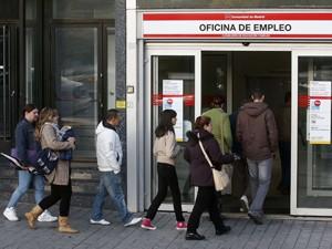 Pessoas entram em agência de emprego em Madri, nesta sexta-feira (26) (Foto: Reuters)
