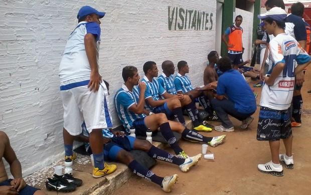 Devido ao calor dentro do vestiário, jogadores do CSA descansaram fora do estádio (Foto: Bruno Félix / Divulgação/ CSA)