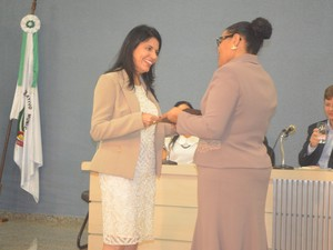 Prefeita eleita recebeu o diploma das mãos da juíza Anita Belém (Foto: Rogério Aderbal/G1)