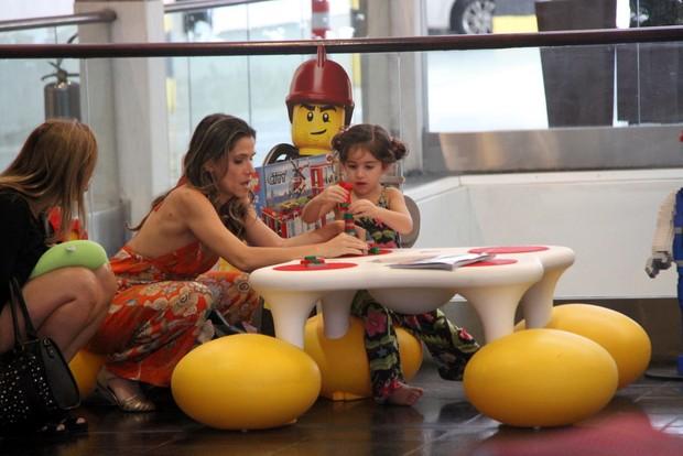 Ingrid Guimarães e a filha Clara (Foto: Daniel Delmiro/Agnews)