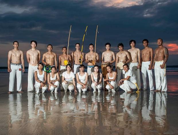 Iaco Zungu durante atividade de capoeia com alunos na praia. (Foto: Divulgação)