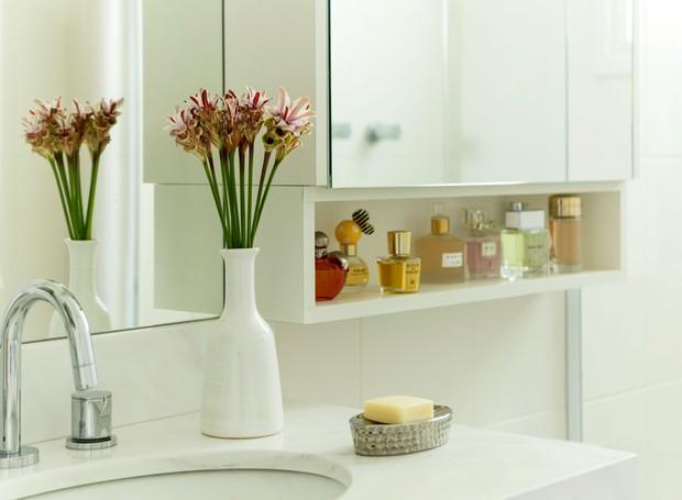 banheiro-arquiteta-gabriela-marques-branco-neutro-flores (Foto: Edu Castello/Editora Globo)
