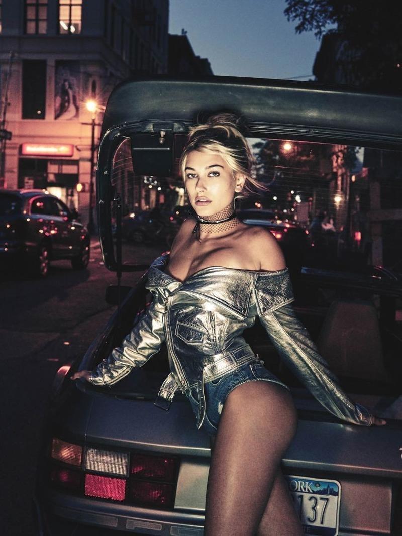 Hailey Baldwin mostra seu sex appeal pelas ruas de Nova York (Foto: Divulgação)