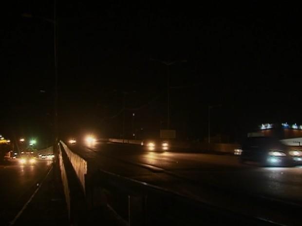 Falta de iluminação não é resolvida em trecho urbano da BR-104 em Caruaru (Foto: Reprodução/ TV Asa Branca)