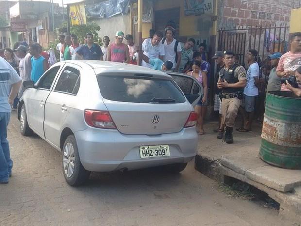 Vítima estava no banco do motorista e foi morta ao estacionar o carro neste local. (Foto: Diego Souza/G1)
