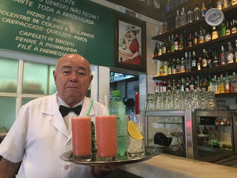 Garçom há 58 dos seus 75 anos, Calixto Pinheiro aprova a lei que regulamenta a gorjeta (Foto: Paula Paiva Paulo)