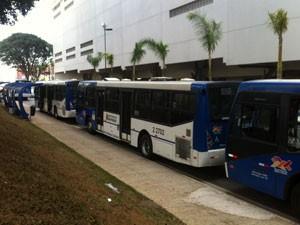 Fila de ônibus perto do shopping na Zona Norte de SP (Foto: Tatiana Santiago/G1)