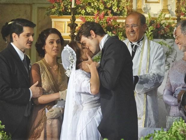 Sandra e Teodoro quebram as tradições da época com um beijão (Foto: Lado a Lado/TV Globo)