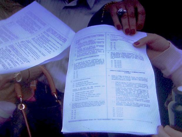 Caderno com as questões, exibido por candidatos do concurso da Anvisa, realizado em brasília neste domingo (2) (Foto: Reprodução/TV Globo)