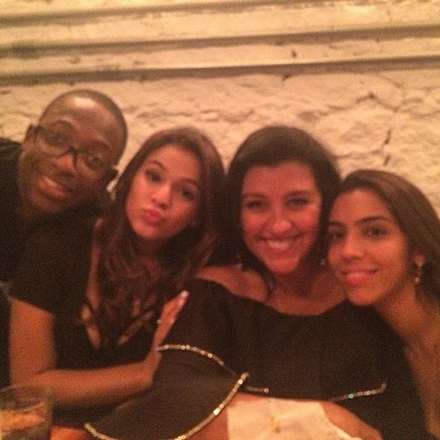Mumuzinho, Bruna Marquezine, Regina Casé e Benedita em restaurante na Zona Sul do Rio (Foto: Instagram/ Reprodução)