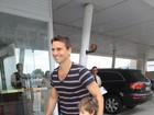 Murilo Rosa visita a mulher e o filho na maternidade