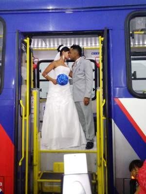 Casal posou para foto dentro de ônibus durante cerimônia de casamento (Foto: Arquivo Pessoal)