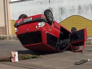 Após ser atingido por outro veículo, carro capotou na Rua dos Guriatãs, em São Luís (Foto: dalva)