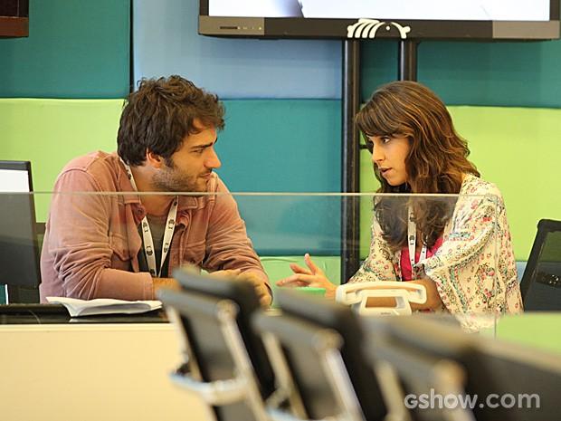 Manu tenta explicar para o namorado que Matias errou ao abrir o email (Foto: Camila Camacho / TV Globo)