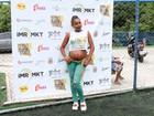 Roberta Rodrigues, grávida, mostra barriguinha durante evento no Rio