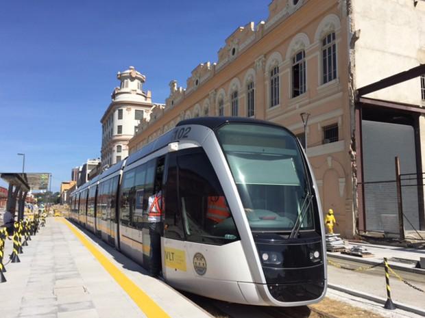 Trem do VLT em testes na Avenida Rodrigues Alves, Zona Portuária do Rio (Foto: Káthia Mello/G1)