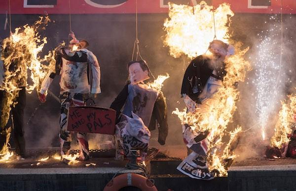 Os bonecos de políticos britânicos que queimaram na mesma cerimônia de destruição dos itens dos Sex Pistols (Foto: Getty Images)