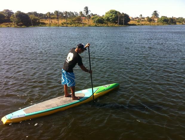 Alex Araújo supista representa o Ceará no Stand Up Paddle (Foto: Marcos Montenegro/ Globoesporte.com)