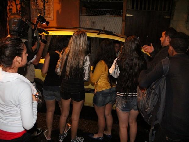 Fãs de Justin Bieber na 15ª DP, na Gávea, Zona Sul do Rio (Foto: Marcello Sá Barretto e Dilson Silva/ Ag. News)