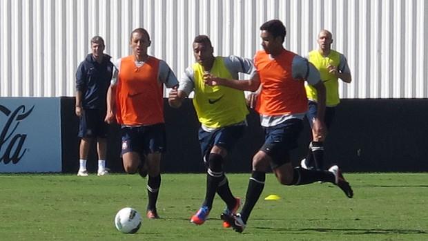 Elton (de amarelo) disputa lance em treino do Corinthians  (Foto: Carlos Augusto Ferrari / Globoesporte.com)