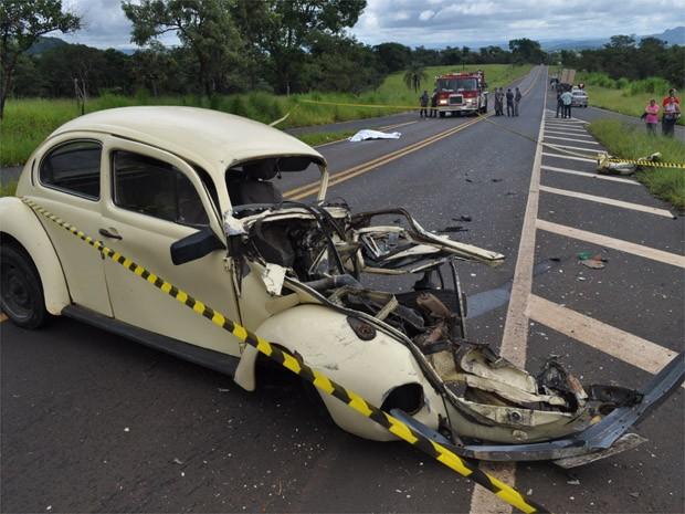 Fusca ficou destruído após colisão com carreta em rodovia de Franca (Foto: Guilherme Leoni/EPTV)