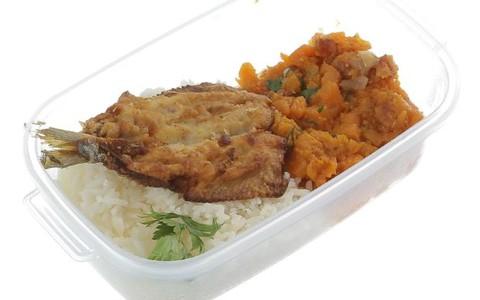 Sardinha empanada com arroz, feijão e abóbora cozida